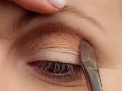 Schlupflider schminken - Lidfalte