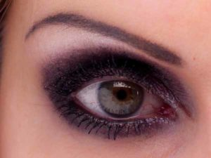 Smokey Eyes Augen Make Up - Wimpern tuschen