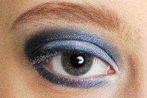 Blaues Smokey Eyes - Lidfalte schattieren