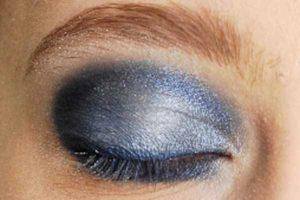 Blaues Smokey Eyes - Highlighter setzen