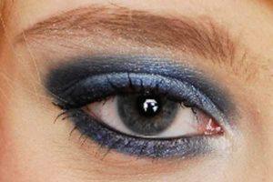 Blaues Smokey Eyes - Wimpern und Kajalstrich