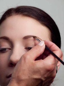 Augenbrauen nachziehen 1