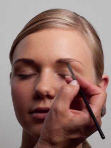 Augenbrauen nachziehen 2
