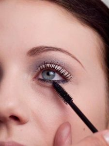 25 Wimpern tuschen 3 225x300 Magic Kajal Look   Schminkanleitung