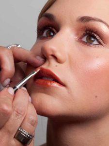 Cremigen Lippenstift auftragen