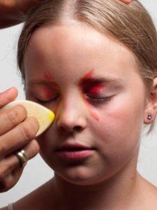 Augenwinkel und Wangen schminken 1