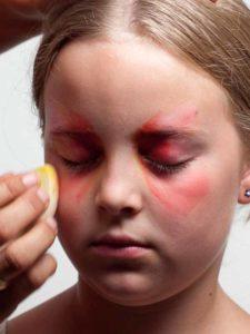 Augenwinkel und Wangen schminken 2