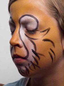 Kinderschminken Löwe - Bart und Fell aufzeichnen 2