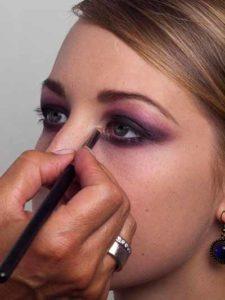 17 Twilight Look Highlighter innerer Augenwinkel 225x300 Twilight Look Schminkanleitung