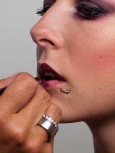 28 Twilight Look Lippen schminken 1 225x300 Twilight Look Schminkanleitung