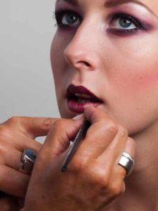 29 Twilight Look Lippen schminken 2 225x300 Twilight Look Schminkanleitung