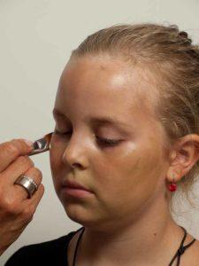 Kinderschminken Hexe - Grundierung schminken 1