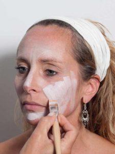 Vampir-Lady für Halloween schminken - Grundierung