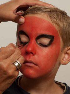 Spiderman schminken - Augen schminken 1