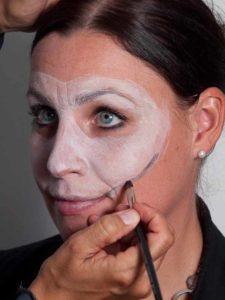 Zombie für Halloween schminken - Maske begrenzen 1