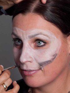 Zombie für Halloween schminken - Maske begrenzen 2
