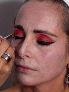Vampir-Lady für Halloween schminken - Oberes Augenlid