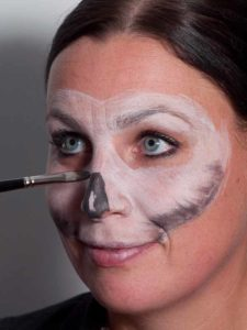 Zombie für Halloween schminken - Nase