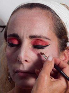Vampir-Lady für Halloween schminken - Untere Augenränder 1
