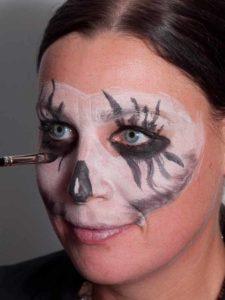 Zombie für Halloween schminken - Augen