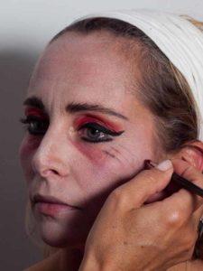 Vampir-Lady für Halloween schminken - Untere Augenränder 2