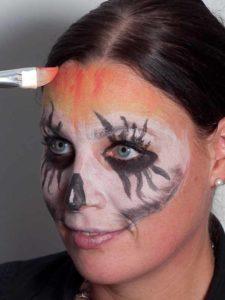 Zombie für Halloween schminken - Stirn 1