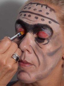 Frankenstein für Halloween schminken - Effekte im Gesicht 2