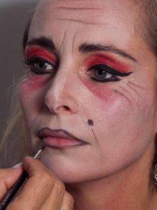 Vampir-Lady für Halloween schminken - Schönheitsfleck