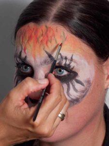 Zombie für Halloween schminken - Stirn 2