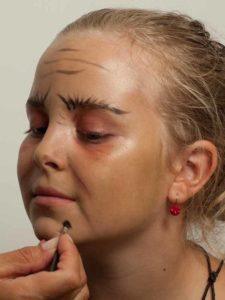 Kinderschminken Hexe - Falten und Warze schminken 2