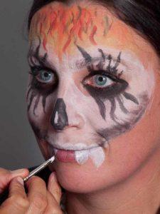 Zombie für Halloween schminken - Zähne 1