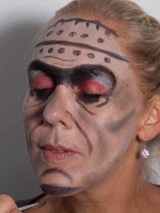 Frankenstein für Halloween schminken - Kinn betonen