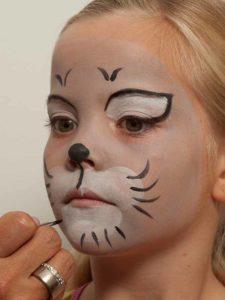 Kinderschminken Katze - Katzenbarthaare aufmalen 2