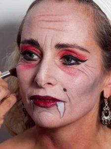 Vampir-Lady für Halloween schminken - Rouge