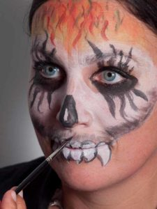 Zombie für Halloween schminken - Oberkiefer