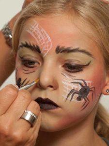 Spinnenfrau schminken - Nasenflügel schminken