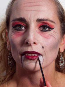 Vampir-Lady für Halloween schminken - Blutspuren
