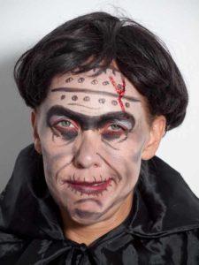 Frankenstein für Halloween schminken - Perücke und Umhang 1