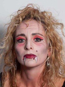Vampir-Lady für Halloween schminken - lockige Mähne 1