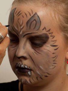 Werwolf schminken - Ohren ausmalen