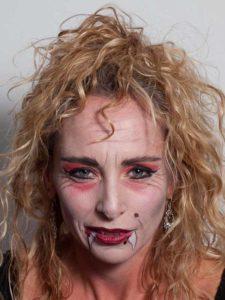 Vampir-Lady für Halloween schminken - lockige Mähne 2
