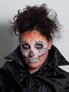 Zombie für Halloween schminken - Haare und Gewand