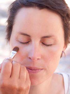 Schnelles Tages-Make-up für unterwegs - Concealer auftragen 1