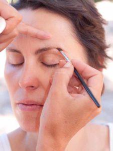 Schnelles Tages-Make-up für unterwegs - Augenbrauen nachziehen 1