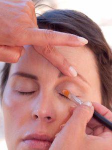Schnelles Tages-Make-up für unterwegs - Oberes Augenlid grundieren