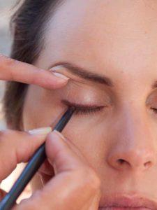 Schnelles Tages-Make-up für unterwegs - Lidstrich ziehen 1