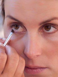 Schnelles Tages-Make-up für unterwegs - Unterer Wimpernrand
