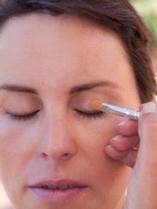 Schnelles Tages-Make-up für unterwegs - Highlighter als Lidschatten