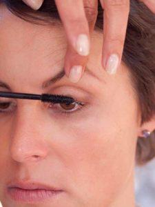 Schnelles Tages-Make-up für unterwegs - Wimpern tuschen 1