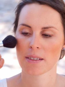 Schnelles Tages-Make-up für unterwegs - Rouge auftragen 1
